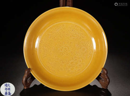 A YELLOW GLAZE INCISED DRAGON PATTERN PLATE
