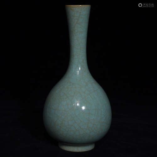 AN OLD TIBETAN RUYAO BOTTLE