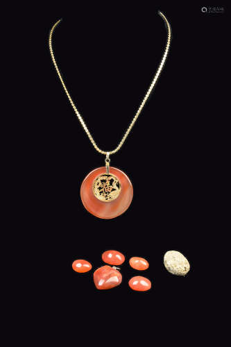 [Chinese] A Agate Disc Pendant Necklace and Five Pieces of Agates, and a Piece of Gold Ore
