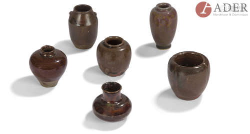 JAPON - XIXe siècle Ensemble comprenant : - Chaïre en faïence émaillé polychrome. H. : 9 cm - Deux