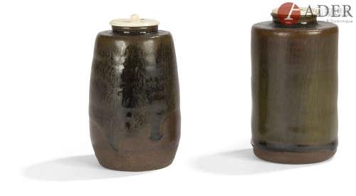 JAPON - XIXe siècle Deux chaïre, l'un légèrement ovoïde en grès émaillé brun et noir, l'autre