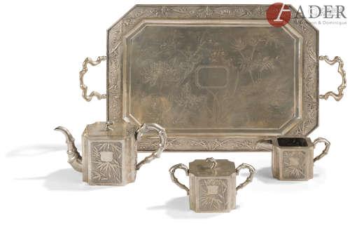 CHINE - Vers 1900 Service à thé en argent, comprenant un plateau, une théière, un pot à lait et un