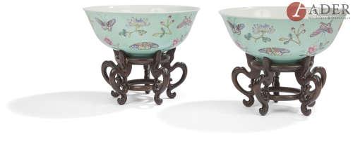 CHINE - XXe siècle Paire de grands bols en porcelaine émaillée polychrome sur fond bleu turquoise, à
