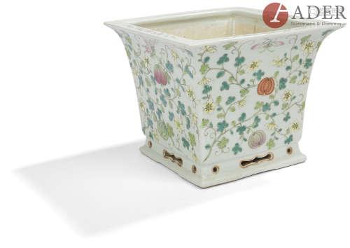 CHINE - Début XXe siècle Cache-pot de forme carrée en porcelaine blanche émaillée polychrome dans le