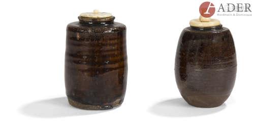 JAPON - Époque EDO (1603 - 1868) Deux chaïre, l'un cylindrique, légèrement balustre, en grès émaillé