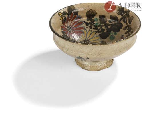 JAPON - Époque MEIJI (1868 - 1912) Coupe sur piédouche en grès émaillé crème et polychrome à décor