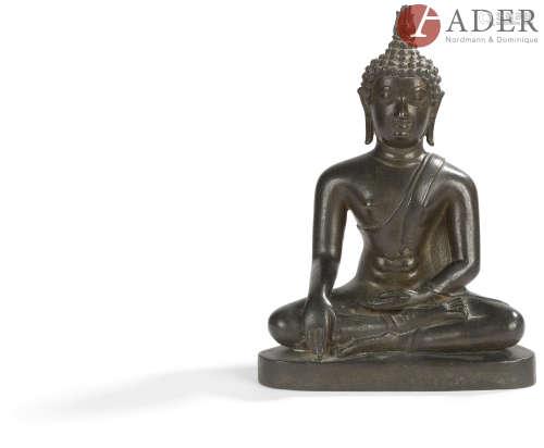 THAÏLANDE - Fin XIXe siècle Statuette de bouddha en bronze à patine brune assis en padmasana la main