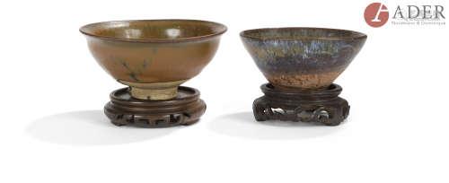 CHINE - de style SONG Trois bols, l'un petit de forme conique en grès brun rouge partiellement