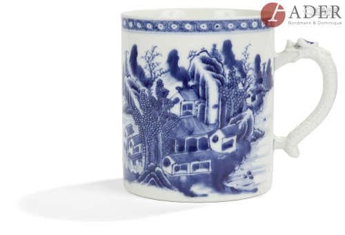 CHINE - Époque QIANLONG (1736 - 1795) Tasse en porcelaine bleu blanc à décor de paysage lacustre