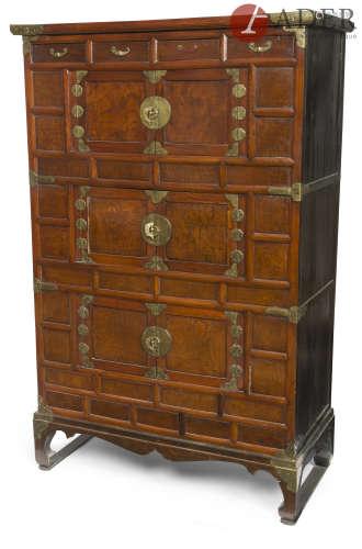 Corée - Vers 1900 Meuble en bois ouvrant à trois portes et quatre tiroirs, les ferrures en