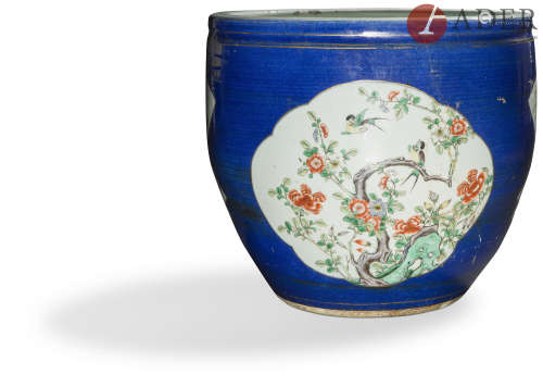 CHINE - XIXe siècle Vasque en porcelaine émaillée polychrome sur fond bleu à décor dans des réserves
