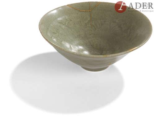 CHINE, Fours de Yaozhou - Époque SONG (960 - 1279) Bol en grès émaillé céladon à motif de lotus