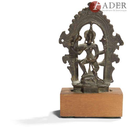 INDE - XVIe siècle Groupe en bronze à patine brune, Barahi Yogini à quatre bras devant la