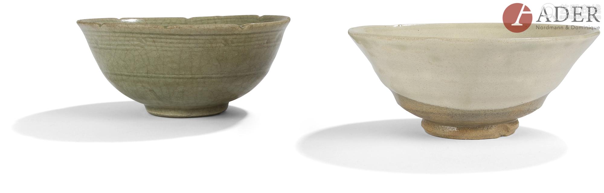 JAPON et THAÏLANDE - XXe siècle Deux bols évasés en grès, l'un gris émaillé de manière irrégulière
