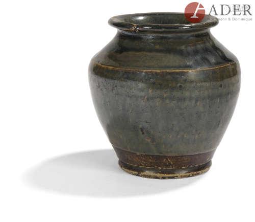 JAPON - XIXe siècle Petit vase balustre en grès émaillé brun noir. H. : 10,5 cm