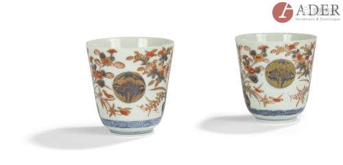 JAPON, Imari - XIXe siècle Deux gobelets en porcelaine à décor émaillé bleu sous couverte, or et