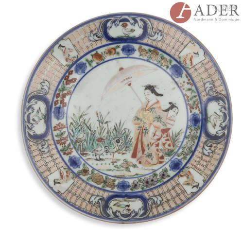 JAPON, Imari - XVIIIe siècle Assiette en porcelaine émaillée or et polychrome en bleu sous couverte,