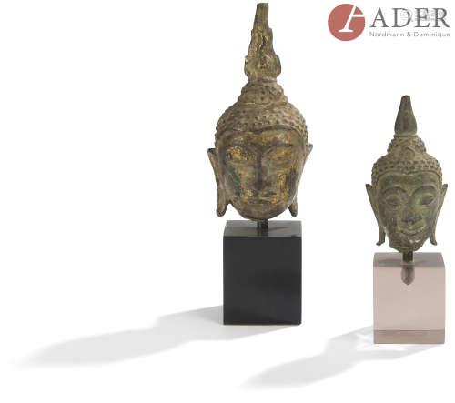 THAÏLANDE - XVIIe siècle Deux petites têtes de bouddha en bronze, dont une laquée or, les yeux mi-