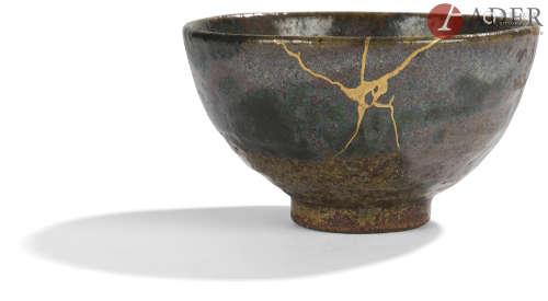 JAPON - XIXe siècle Chawan en grès brun émaillé noir vert et gris. Restauration à la laque d'or.