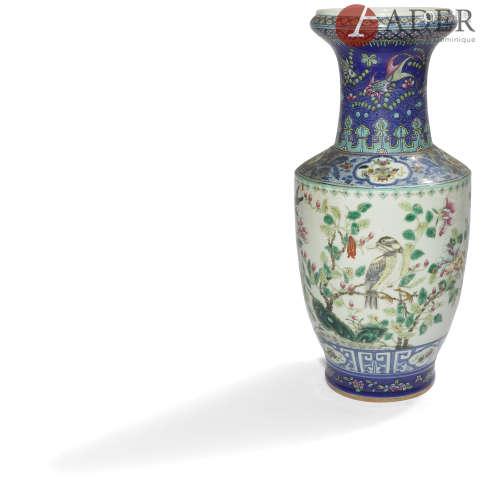 CHINE - Début XXe siècle Vase en porcelaine émaillée polychrome dans le style de la famille rose à