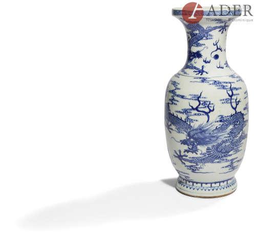 CHINE - XIXe siècle Vase à col ouvert en porcelaine bleu blanc à décor de dragons dans les nuages