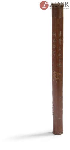 CHINE Porte-herbes cylindrique en bambou sculpté à décor en léger relief de branches feuillagées
