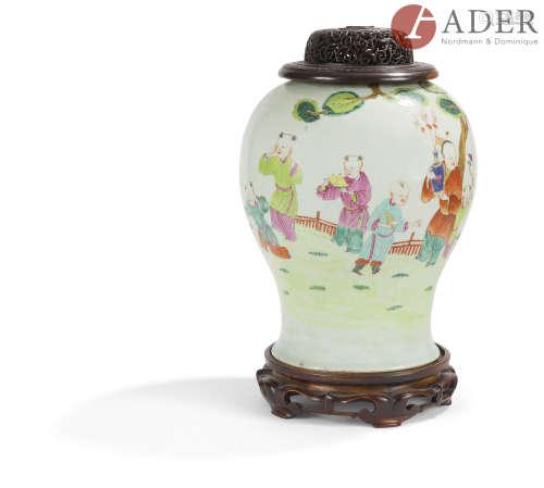 CHINE - XIXe siècle Potiche en porcelaine émaillée polychrome à décor d'enfants jouant dans un