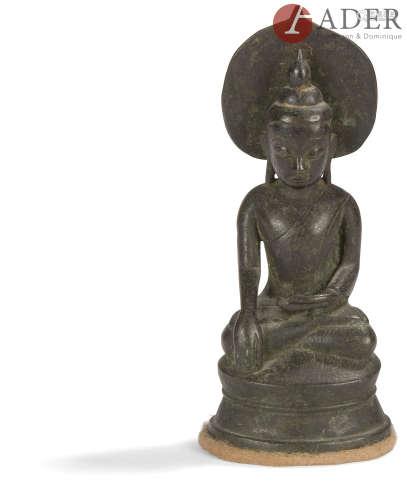 BIRMANIE - XIXe siècle Statuette de bouddha en bronze à patine brune assis sur le naga, une mandorle