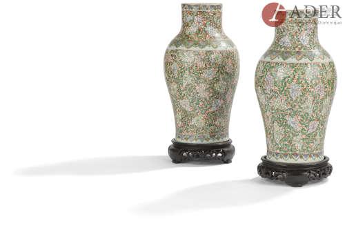 CHINE, Canton - XIXe siècle Paire de vases balustres en porcelaine émaillée polychrome et or à décor