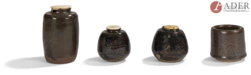 JAPON - Époque EDO (1603 - 1868) Ensemble comprenant : - Chaïre en grès émaillé noir à petites
