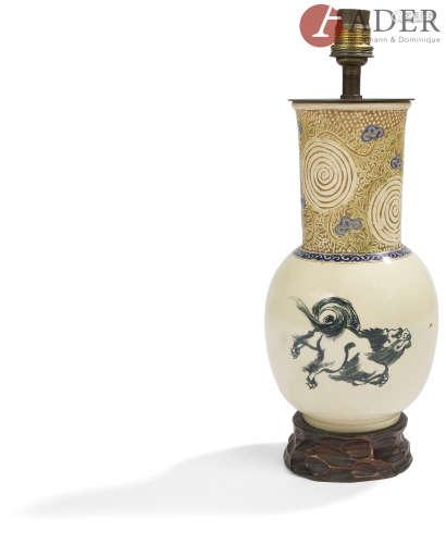 JAPON, Fours de Satsuma - XXe siècle Vase en faïence de Satsuma à panse basse et col long, à décor