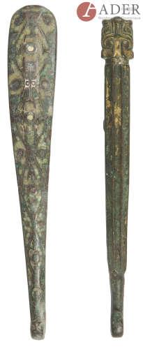 CHINE - Époque HAN (206 av. JC - 220 ap. JC) Deux fibules en bronze à trace de dorure, la tête de