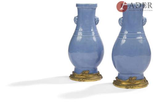 CHINE - XIXe siècle Paire de vases balustres en porcelaine émaillée bleu, ornés de deux anses
