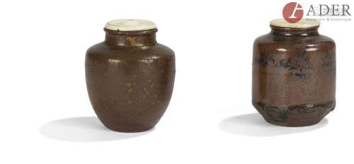 JAPON - XIXe siècle Deux chaïre, l'un de forme cylindrique légèrement évasé, l'épaule arrondie en