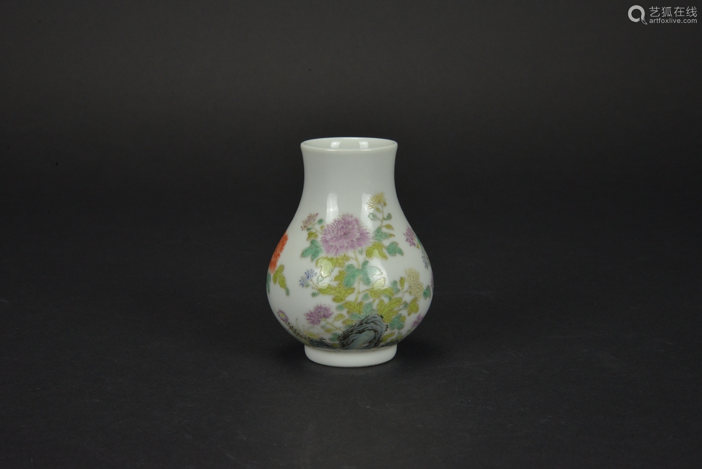 清 粉彩花卉小瓶