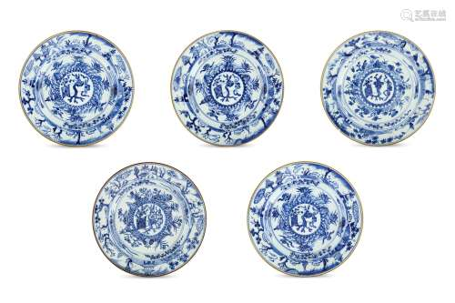 A SET OF FIVE CHINESE BLUE AND WHITE DISHES. Qing Dynasty, Kangxi period. The central raised boss