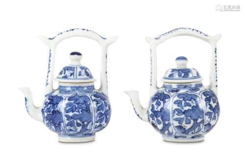 A PAIR OF CHINESE BLUE AND WHITE TEAPOTS AND COVERS. Qing Dynasty, Kangxi period. Of globular