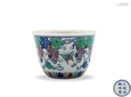 大明成化年制款斗彩葡萄蝶纹杯