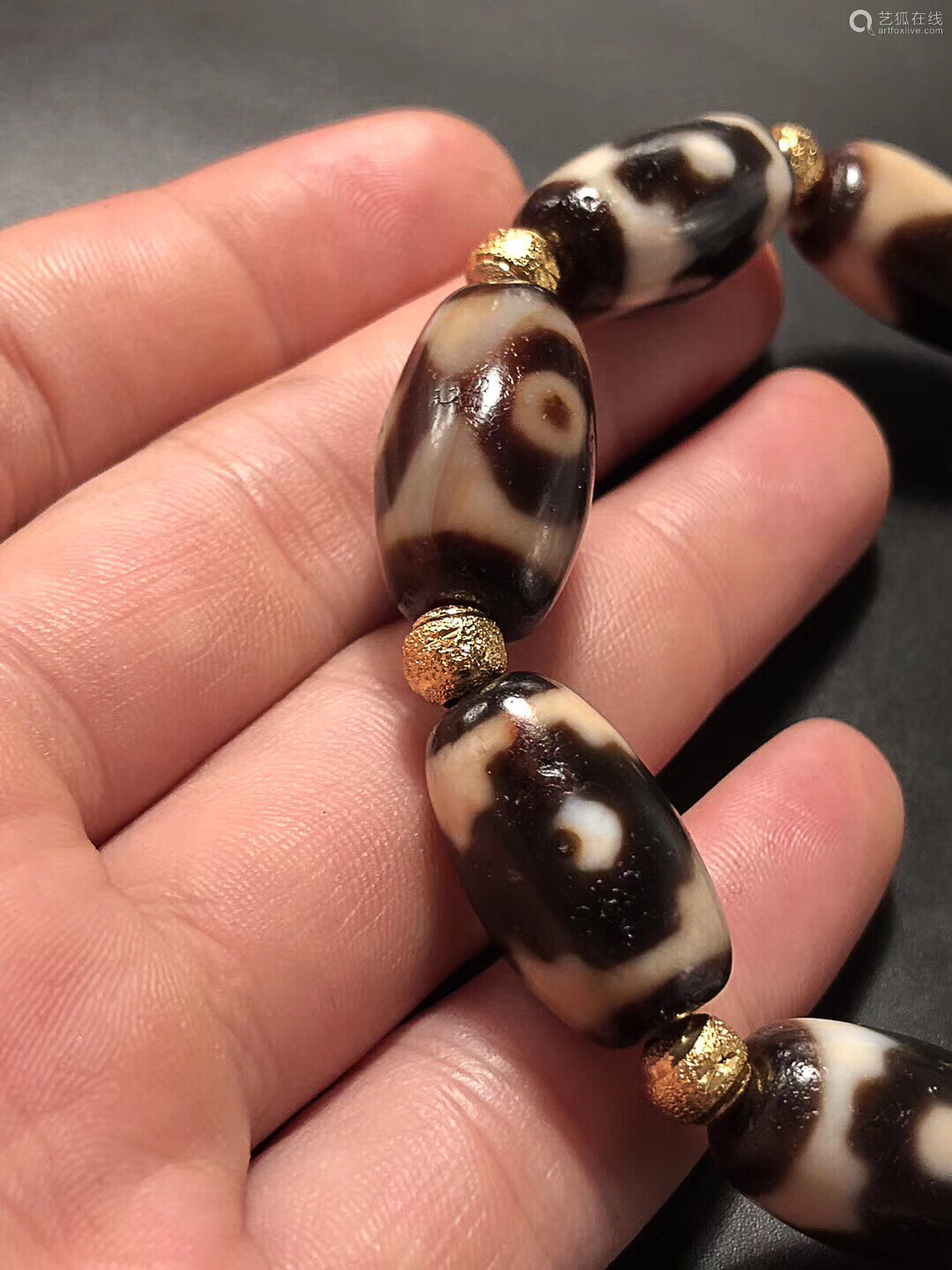 A HIGHLY OIL DZI BEAD BRACELET