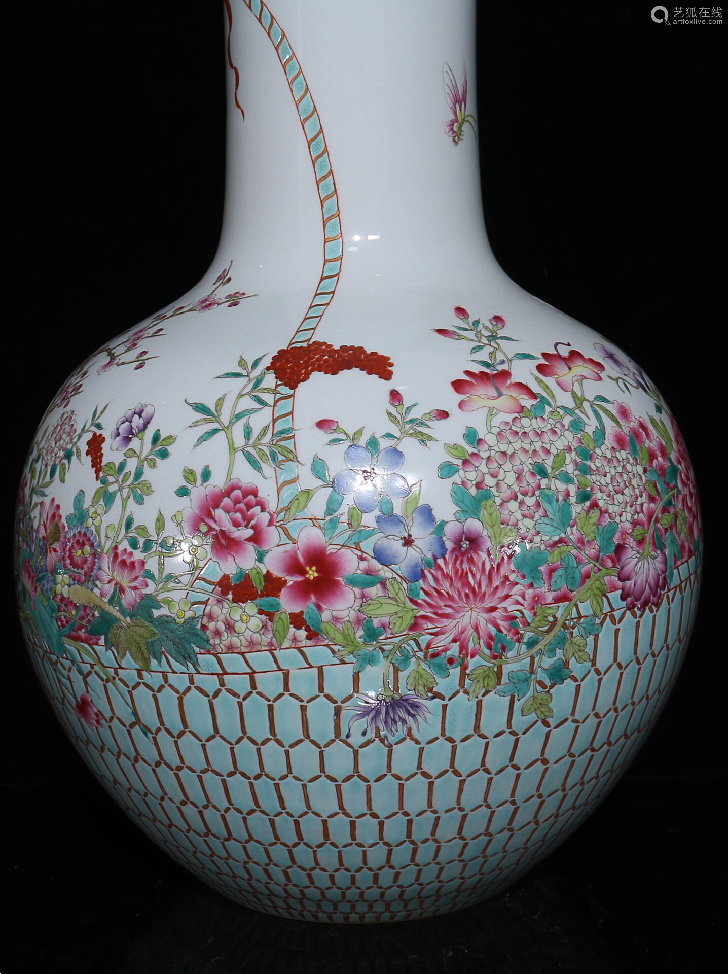 17-19TH CENTURY, A FLOWER BASKET PATTERN  GLOBULAR VASE, QING DYNASTY