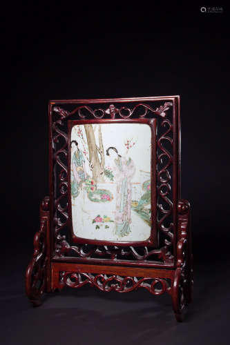 18-19TH CENTURY, A STORY DESIGN FAMILLE ROSE TABLE SCREEN, LATE QING DYNASTY