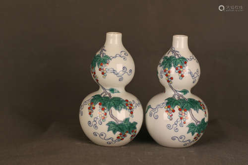 17-19TH CENTURY, A PAIR OF GRAPE PARTTEN GOURD DESIGN VASES, QING DYNASTY