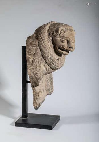 PROTOME DE LION en schiste. \nH. 29,5 cm