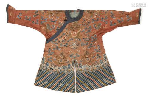 CHINE, XIXe siècle  Robe en soie brodée de fil d'or