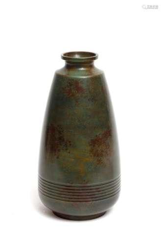 Vase en bronze de couleur marron et verte et de fo…