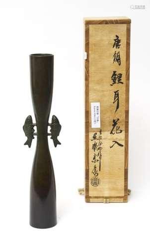 Grand vase mince d'une forme rappelant celle d'un …