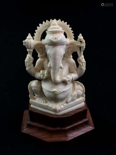 Petit sujet en ivoire représentant le dieu éléphan...;