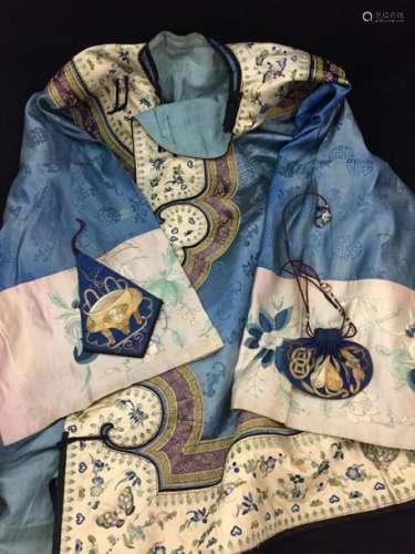 Une robe chinoise en soie et lin, vers 1880. On y ...;