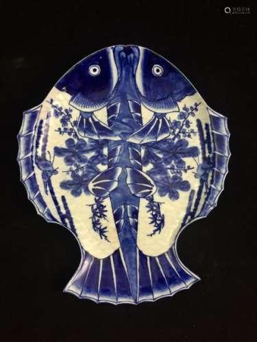 Japon Un plat bleu, représentant deux carpes Koï a...;