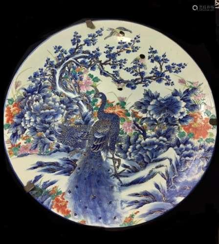 JAPON (?) Grand plat en porcelaine à décor polychr...;